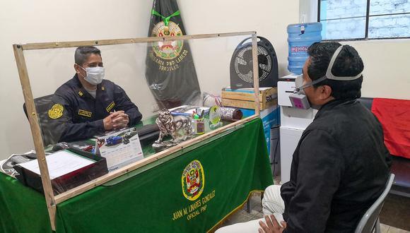 Trujillo: comisaría de Laredo usa láminas de plástico en sus escritorios para evitar contagios de COVID-19. (Foto: Ciudad de Laredo)