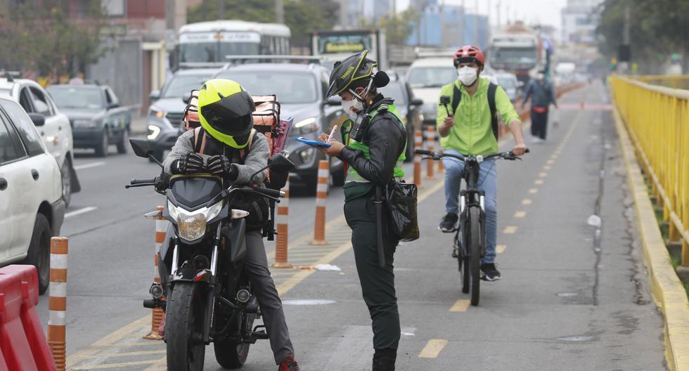 Esta es la primera flota de policías en bicicletas que cuidan a los ciclistas y sancionan a quienes invaden las ciclovías de Lima (Foto: Miguel Bellido)  en el cruce avenidas Aviación con Canadá