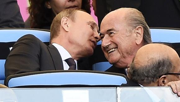 Vladimir Putin nunca ha escondido su amistad con Joseph Blatter, obligado a dimitir en 2015 tras la ola de escándalos en la FIFA tras 17 años en el poder. (Foto archivo: Reuters)