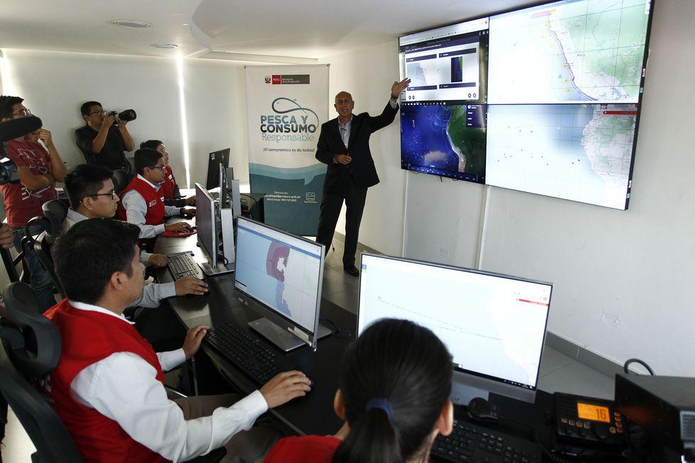 El director de Fiscalización, José Romero, junto a su equipo del Centro de Control del Sistema de Seguimiento Satelital (SISESAT). (Foto: Leandro Britto)