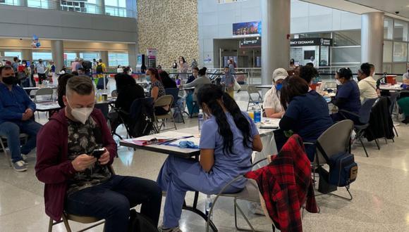 Imagen de la vacunación contra el coronavirus en el Aeropuerto Internacional de Miami, Florida, Estados Unidos. (Captura/Twitter - Miami Int'l Airport).