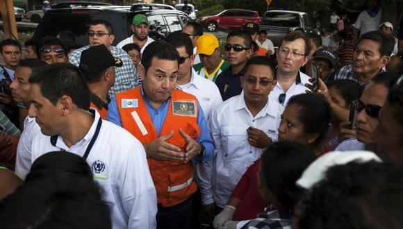 El presidente de Guatemala, Jimmy Morales, visita Escuintla, una de las zonas más afectadas por la erupción del Volcán de Fuego. (Foto: AP/Moisés Castillo)