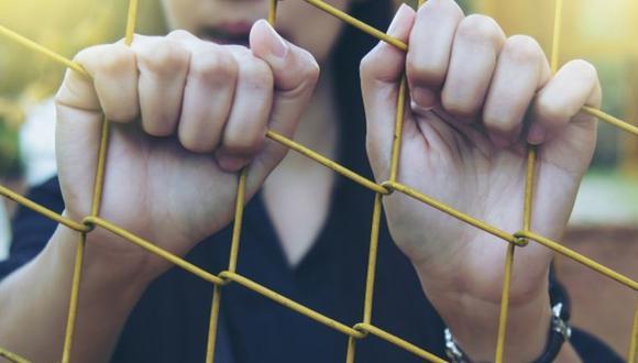 La mujer fue detenida e ingresada a una cárcel de varones, donde fue abusada sexualmente durante un mes (Foto Referencial: Freepik)
