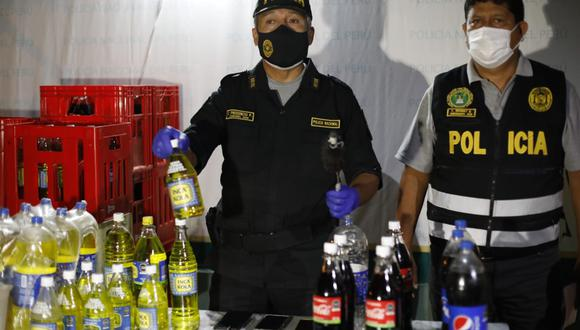 El jefe de la División Policial Oeste, coronel PNP César Prudencio, indicó que cuatro personas fueron intervenidas. Además, se incautaron 52 cajas de gaseosas adulteradas. (Foto: César Bueno - El Comercio)