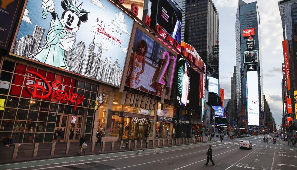 Un oficial de policía camina por un Times Square escasamente poblado debido a las preocupaciones del nuevo coronavirus, el viernes 20 de marzo de 2020. (AP).