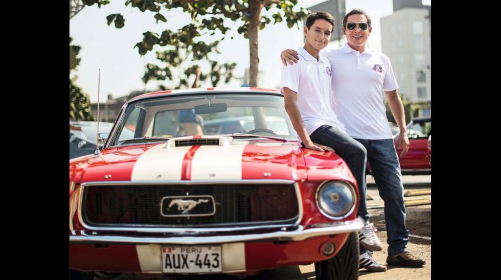 Kenji Ruiz (44) y su hijo Joaquín Ruiz, de solo 15, posan al lado de su Mustang de 1967, uno de los pocos que se ensamblaron en el Perú. Página opuesta: El Mustang Shelby del corredor peruano Bratzo Vicich. (Foto: Elías Alfageme)