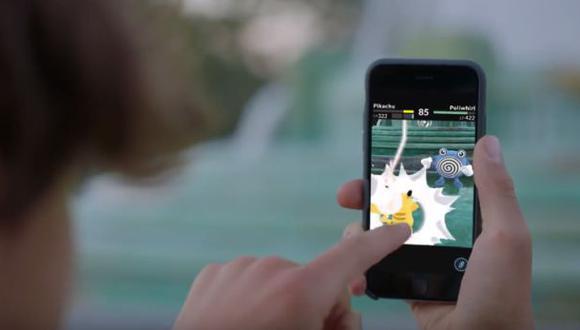 Cayó al agua por jugar Pokémon Go y arruinó su celular [VIDEO]