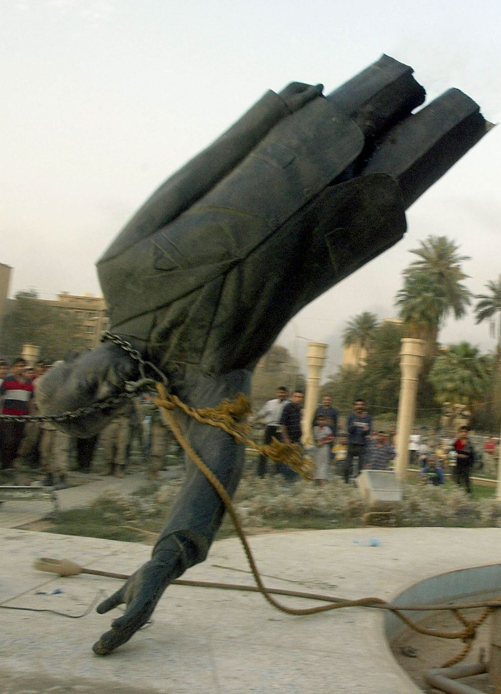 El derrumbe de la estatua de Saddam Hussein en Irak el 9 de abril del 2003. Foto: AFP