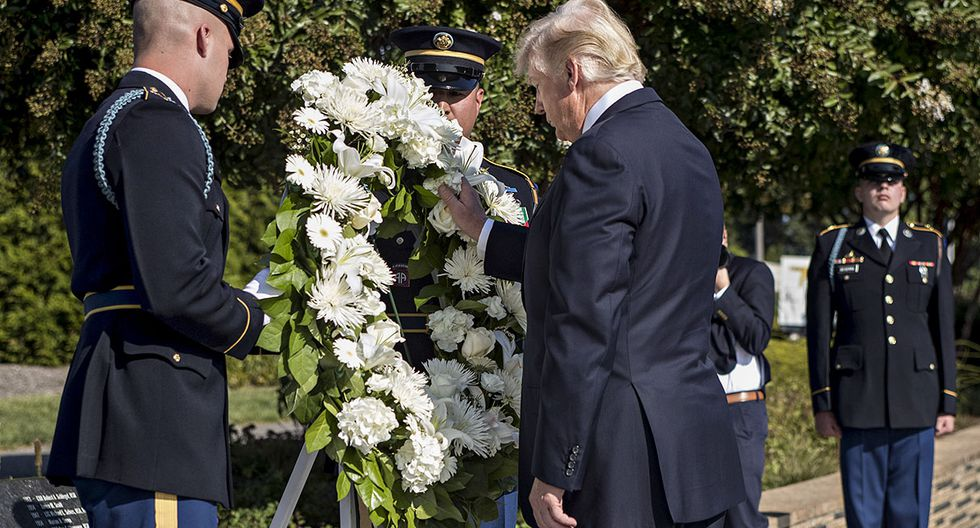U.S. President Donald Trump, center, pauses after laying a wreath during a ceremony to commemorate the September 11, 2001 terrorist attacks, at the Pentagon in Washington, D.C., U.S., on Monday, Sept. 11, 2017. Trump is presiding over his first 9/11 commemoration on the 16th anniversary of the terrorist attacks that killed nearly 3,000 people when hijackers flew commercial airplanes into New York's World Trade Center, the Pentagon and a field near Shanksville, Pennsylvania. Photographer: Andrew Harrer/Bloomberg