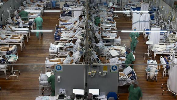 En esta foto del 26 de marzo de 2021, los pacientes afectados por el coronavirus COVID-19 permanecen en un hospital de campaña instalado en un gimnasio en Santo André, estado de Sao Paulo, Brasil. (Foto de Miguel SCHINCARIOL / AFP).