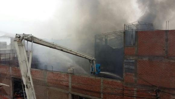 Comas: fuerte incendio en tres fábricas fue confinado [VIDEO]