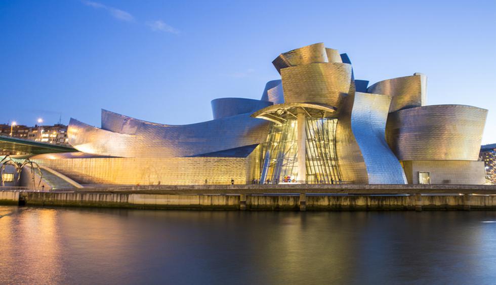 El Museo Guggenheim se caracteriza por sus formas curvilíneas y retorcidas, recubiertas de piedra caliza, cortinas de cristal y planchas de tita. (Foto: Shutterstock)
