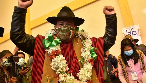 El candidato a gobernador de La Paz por la agrupacion Jallalla, Santos Quispe, celebra luego de emitir su voto en la ciudad de El Alto. (Foto: EFE).