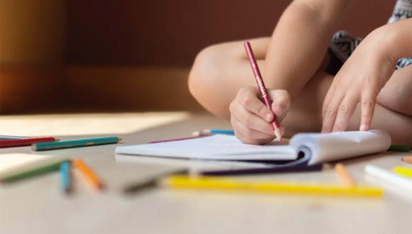 La niña de 7 años dibujó a su madre con 'resaca' y presentó su ilustración ante toda su clase.  | Foto: Pexels/Referencial
