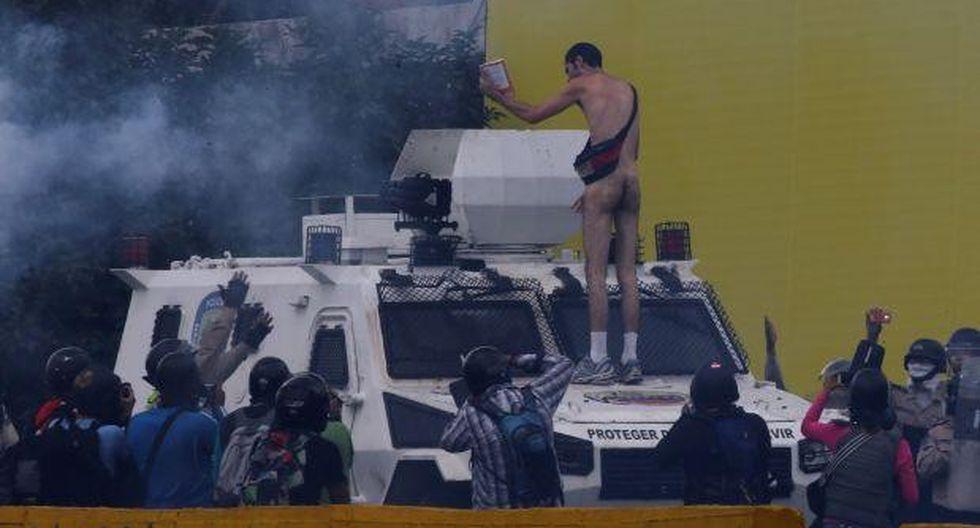 """Venezuela: El 'Opositor desnudo' llama """"acomplejado"""" a Maduro"""