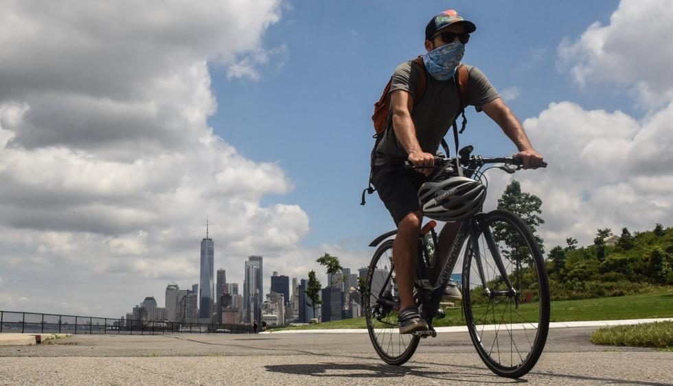 Una persona monta una bicicleta en Governors Island el 15 de julio de 2020 en la ciudad de Nueva York (Estados Unidos). (Stephanie Keith/Getty Images/AFP).