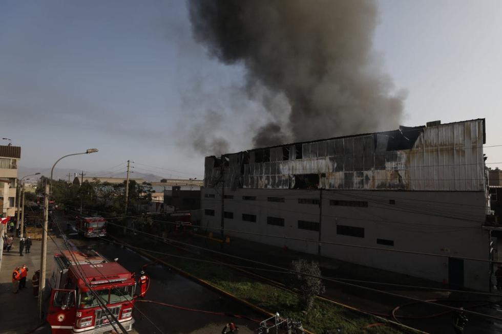 Un incendio de gran magnitud se registra en el interior de una fábrica textil, situada en la avenida José La Mar, cooperación 27 abril, en el distrito de Ate Vitarte. (Foto: César Bueno/GEC)