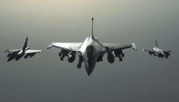 Estados Unidos y sus aliados mantienen todas las opciones abiertas en Siria. En la imagen, aviones franceses Rafale que participaron en el bombardeo en Siria. (EFE).