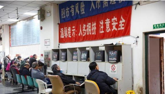 En la imagen de archivo los inversionistas miran las pantallas que muestran la información de acciones en una casa de corretaje en Shanghai, China, 3 de enero de 2017. (Foto: REUTERS/Aly Song)