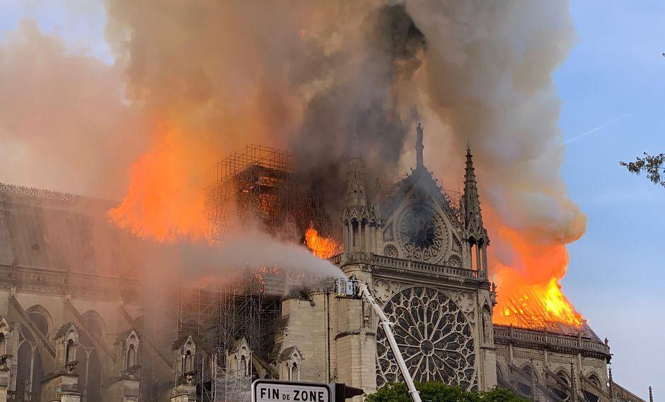 Incendio en la catedral de Notre Dame: bomberos atienden la emergencia en París, Francia. (AFP).