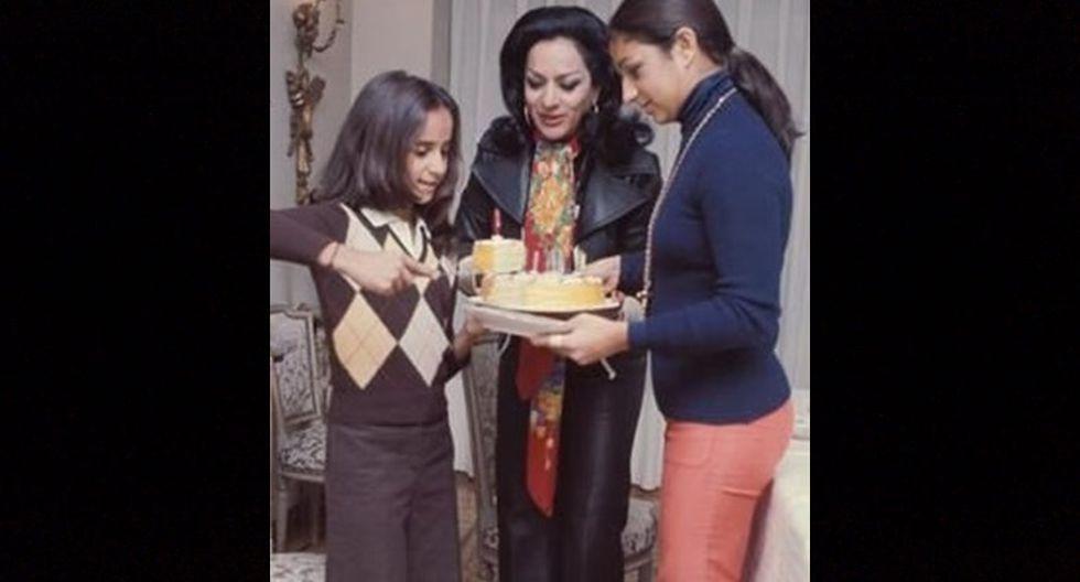 Lola Flores junto a sus hijas Rosario y Lolita.