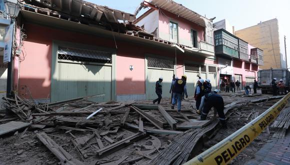 En la madrugada del lunes 28 de octubre se cayó un balcón en la cuadra 3 del jirón Carabaya, sin dejar víctimas. (Foto: Lino Chipana)