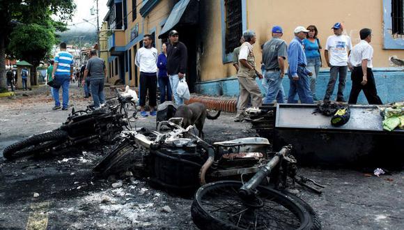 Una veintena de comercios fueron saqueados y dos sedes policiales incendiadas en el estado venezolano de Táchira, en la frontera con Colombia. (Reuters).