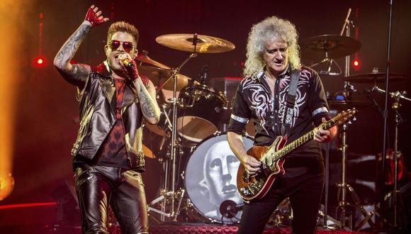 Adam Lambert junto a Brian May durante un show de Queen en Barclays Center en julio de 2017 en N.Y. (Foto: AP)