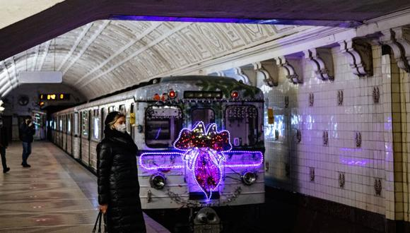 Un tren de metro decorado con luces navideñas sale de la estación de metro Belorusskaya en Moscú. (Foto Referencial: Dimitar DILKOFF / AFP).