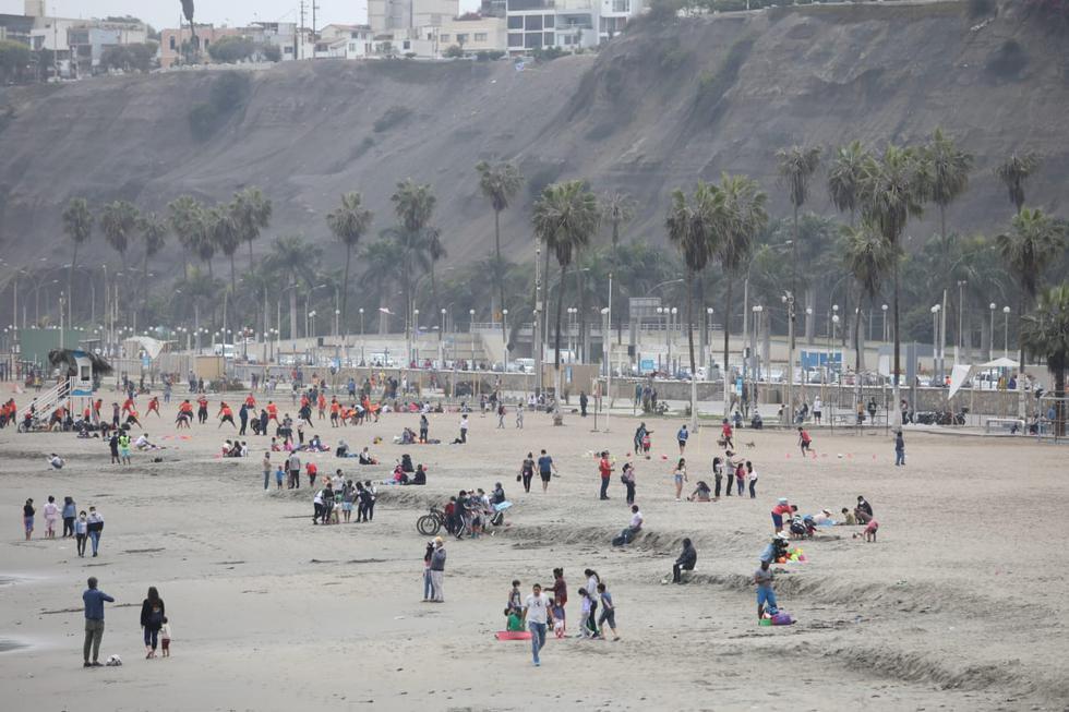 Una gran cantidad de personas acudió este sábado a la playa Agua Dulce, ubicado en el distrito de Chorrillos. Britanie Arroyo / @photo.gec