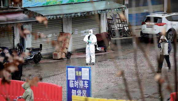 Imagen referencial. Un trabajador con traje de protección se ve en un mercado cerrado de Wuhan, provincia de Hubei, China, el pasado 10 de enero. (REUTERS/Stringer).