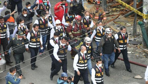 Bomberos, policías y fiscales accedieron a la galería Nicolini. (Foto: Rolly Reyna / El Comercio)