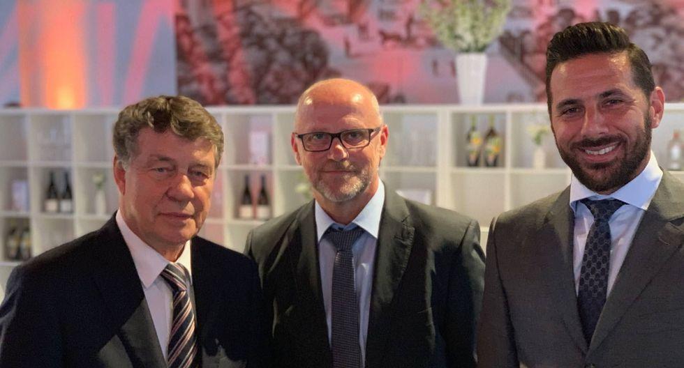 Claudio Pizarro al lado de otras dos leyendas del Werder Bremen: Otto Rehhagel y Thomas Schaaf. (Foto: WERDER.DE))