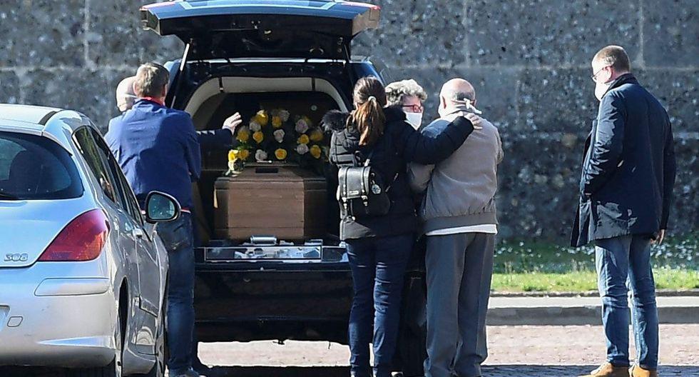 Una familia despide a un pariente fallecido a causa del coronavirus en  Bérgamo. (REUTERS/Flavio Lo Scalzo).