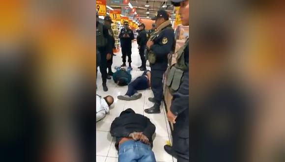 Los delincuentes causaron pánico entre el público que se encontraba en el local de Plaza Vea. Fueron conducidos a la Comisaría César Llatas Castro. (Foto: Twitter)