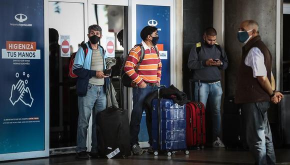 Grupos de personas caminan por el aeropuerto de Buenos Aires. Argentina cerró por completo sus fronteras terrestres y restringió vuelos internacionales para frenar la llegada de las variantes del coronavirus covid-19. (Foto: EFE/ Juan Ignacio Roncoroni).