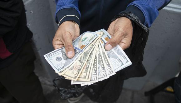 En el mercado paralelo o casas de cambio de Lima, el tipo de cambio se cotizaba a S/3,960 la compra y S/3,990 la venta de cada dólar. (Foto: Eduardo Cavero / GEC)
