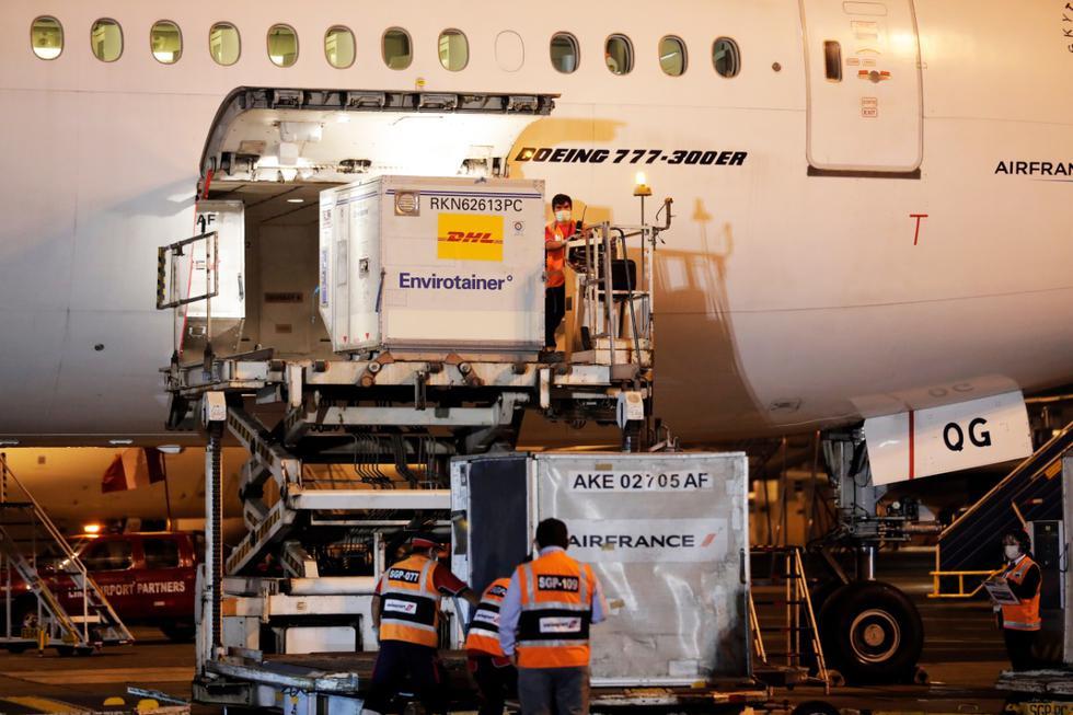 Anoche llegó al Perú el primer lote de 300 mil vacunas de Sinopharm contra el coronavirus, en un vuelo procedente de Beijing (China), tras una escala en París (Francia). (Fotos: Jesús Saucedo / @photo.gec)