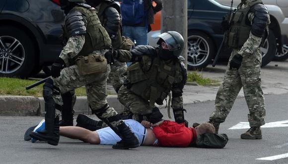 Agentes de policía arrestan a un manifestante durante las protestas contra los resultados de las elecciones presidenciales en Bielorrusia. Decenas de miles de personas salieron el domingo a protestar en Minsk. (EFE/ Stringer).