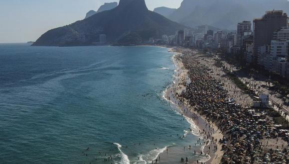 """A pesar de las intensas aglomeraciones en las playas, Río de Janeiro atraviesa un momento """"delicado"""" por la pandemia de coronavirus, según han admitido las autoridades sanitarias. (EFE/Antonio Lacerda)."""