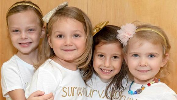 Cuatro niñas vencen el cáncer y protagonizan una foto conmovedora con un mensaje en sus polos en el vestíbulo del hospital Johns Hopkins All Children's. (Foto: Johns Hopkins All Childrens)