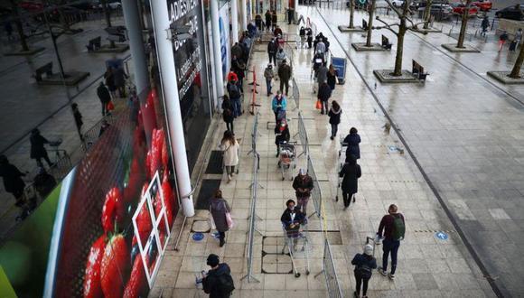 Personas hacen cola fuera de una tienda Tesco, Londres, Gran Bretaña, 21 diciembre 2020. REUTERS/Hannah McKay