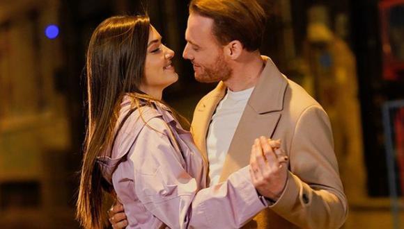 """La química de Kerem Bürsin y Hande Erçel en """"Love Is in the Air"""" traspasó las pantallas y hoy gozan de una sólida relación (Foto: Insragram/Sen Çal Kapımı)"""