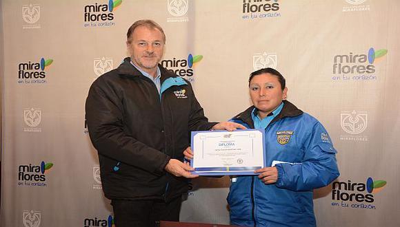 Mujer sereno fue premiada por devolver dinero en Miraflores