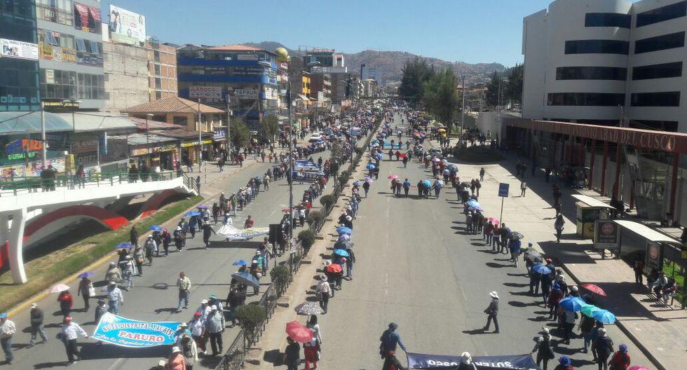 Pese a que la declaración de estado de emergencia restringe la libertad de reunión, miles de docentes marcharon por las calles y avenidas del Cusco