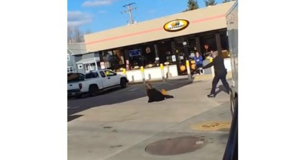 Se hizo viral en YouTube el instante en que un policía intenta tranquilizar a una mujer que intentó 'expulsarle los demonios'. (Foto: Captura)