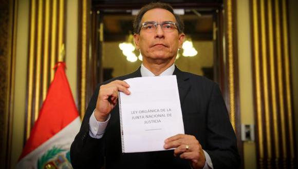 En su mensaje, el presidente Martín Vizcarra mostró el proyecto de ley orgánica de la Junta Nacional de Justicia. (Foto: Presidencia de la República)