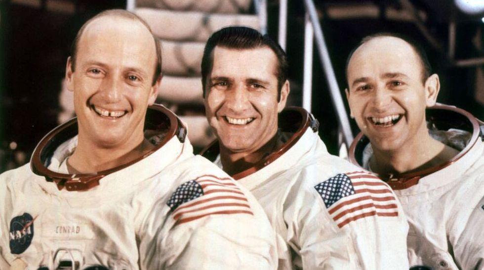 "Astronautas del Apolo 12 (De izq. a der.) El comandante Charles ""Pete"" Conrad, el piloto del módulo de comando Richard F. Gordon y el piloto del módulo lunar Alan L. Bean (Foto: AP)"