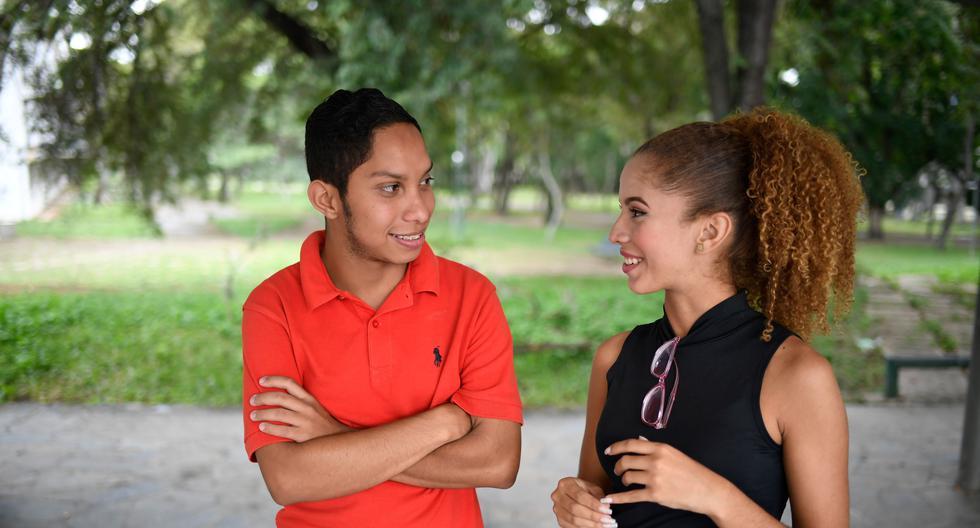 En esta foto de archivo tomada el 16 de octubre de 2019, el estudiante venezolano John Alvarez, de 20 años, y su novia Amanda Aquino, de 19 años, hablan después de una entrevista con AFP en la Universidad Central de Venezuela (UCV) en Caracas. (AFP).