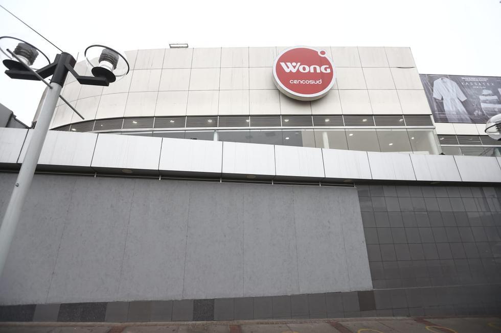 La cadena de supermercados Wong colocó protección adicional en las ventanas de sus establecimientos comerciales ubicados en la avenida Dos de Mayo y en el Óvalo Gutiérrez, ambos en el distrito de San Isidro. (Fotos: Jesus Saucedo/ @photo.gec)